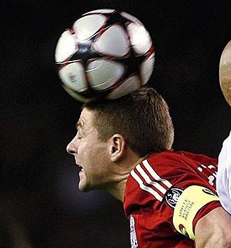 Steven Gerrard durante un partido de Champions