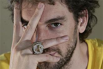Pau Gasol posa para MARCA con su anillo de campeón