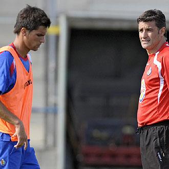 Míchel observa a su hijo Adrián en un entrenamiento