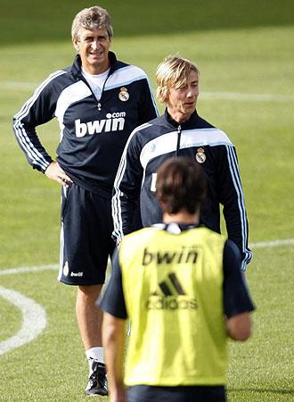 Pellegrini observa a Guti en un entrenamiento