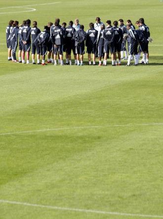 Pellegrini charla con la plantilla en el entrenamiento del Real Madrid.
