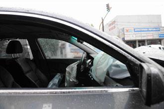 El coche de Cáceres, tras ser tiroteado.