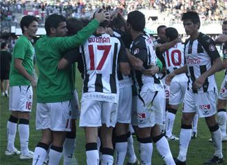 Los jugadores del Castell�n se abrazan tras conseguir un gol