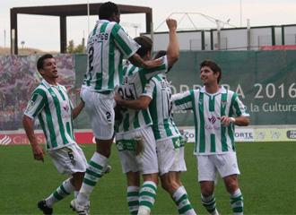Los jugadores del C�rdoba se abrazan tras conseguir un gol en el Arc�ngel