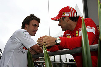 Alonso y Massa charlan en el Gran Premio de Brasil.