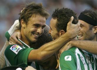 Los jugadores del Betis celebran un gol
