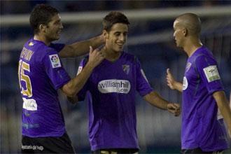 Javi López es felicitado por sus compañeros tras marcar el tanto del empate ante el Tenerife.