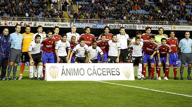 Jugadores de Valencia y Zaragoza posan con la pancarta de �nimo para C�ceres