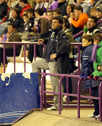 Mendilibar sigue el partido desde la banda tras su expulsi�n.