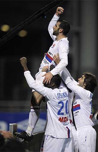 Lisandro L�pez celebra uno de sus dos goles al Marsella.
