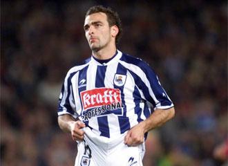 De Pedro se lamenta en un encuentro ante el Barcelona de la temporada 2003/04