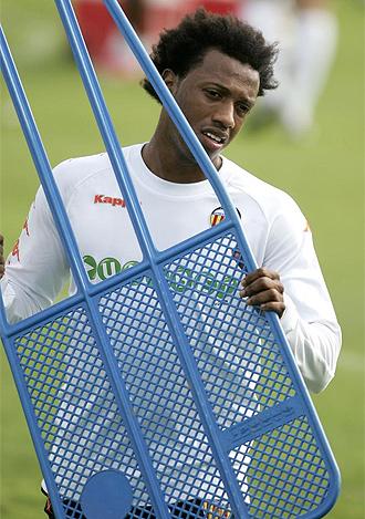 Manuel Fernandes, durante un entrenamiento del Valencia