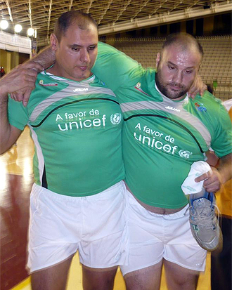 Manolo Martínez abandona el partido benéfico lesionado