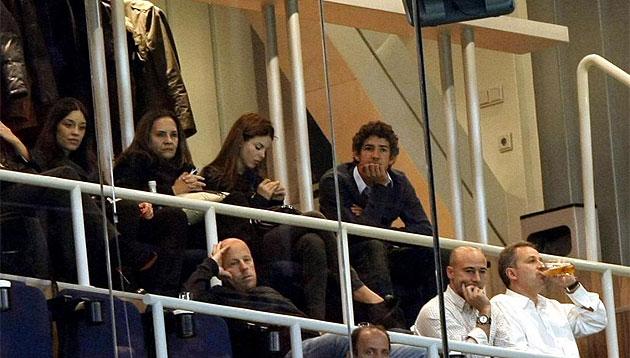 Pato, junto a su novia (a su derecha) en el palco de Marcelo en el Bernabéu.