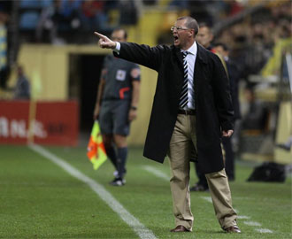 Benigno da instrucciones a sus jugadores durante el partido en El Madrigal.