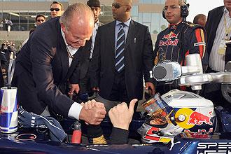 El Rey Don Juan Carlos I saluda a Alguersuari.