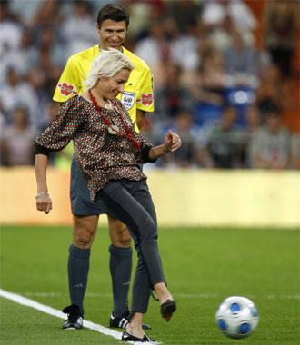 Marta realiza el saque de honor en el estadio Santiago Bernab�u