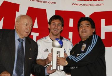 Messi recibe el Trofeo de manos de Di Stéfano y Maradona
