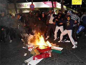 Aficionados, por decir algo, queman cartones en la celebración