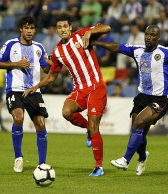 Nieto intenta irse entre Pamarot y Jorge Alonso en el partido de ida