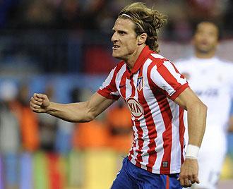 Diego Forlán celebrando su gol al Madrid