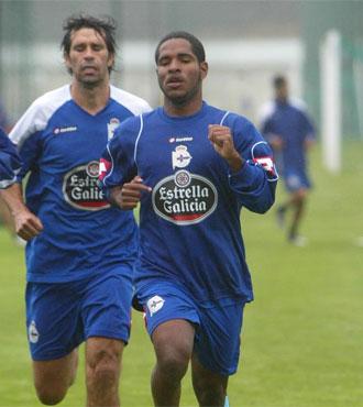 Bryan Angulo corre durante un entrenamiento