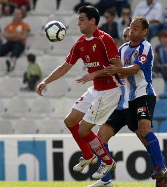 Kike García y Farinos pugnan por el balón