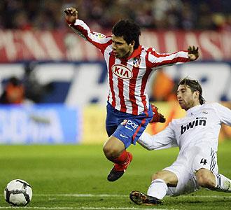 Sergio Ramos derriba a Agüero antes de ver la roja