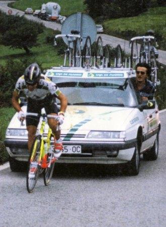 Esteban Fernández anima desde el coche a uno de sus pupilos en una contrarreloj individual