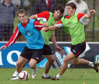 De Marcos, Iñigo Pérez y San José, durante un entrenamiento del Athletic.