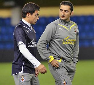Ibagaza charla con Valverde durante un entrenamiento del Villarreal esta semana.