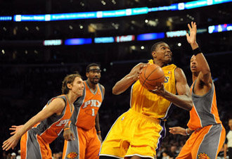 Andrew Bynum intenta anotar ante la defensa de los Suns.