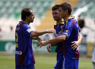 Los jugadores del Huesca se abrazan tras conseguir un gol