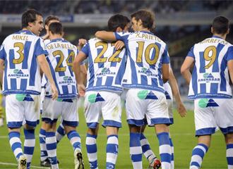 Los jugadores de la Real celebran un gol en Anoeta