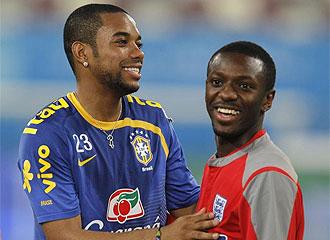 Robinho y Wright-Phillips, compañeros en el City, se saludan en el cambio de entrenamientos.