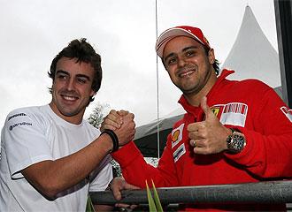 Alonso y Massa se saludan durante un gran premio.