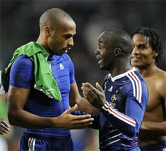 Henry y Lass se saludan durante el partido.