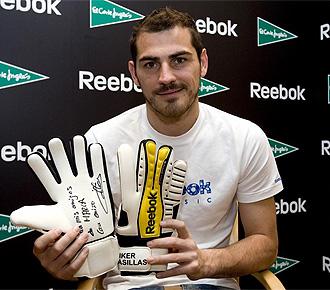 Casillas, con los guantes que usará ante Argentina