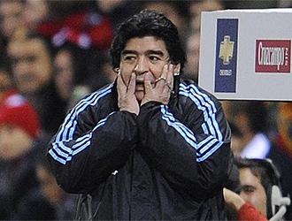 Maradona lo pasa mal en la banda