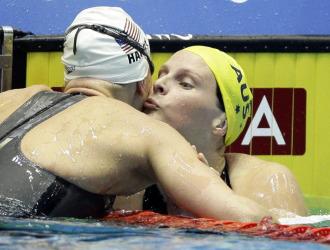 Leisel Jones y Jessica Hardy se dan un beso después de la final.