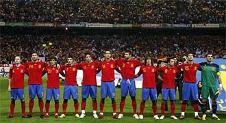 Los internacionales españoles escuchan el himno nacional antes del partido amistoso ante Argentina.