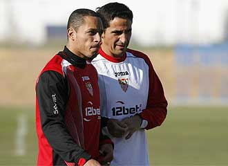 Adriano y Jiménez conversan en un entrenamiento.