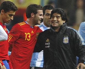 Maradona saludando a Mata al acabar el partido