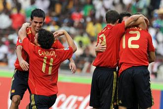 Los jugadores de la selección sub17 celebran el tanto ante Colombia