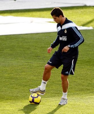 Cristiano Ronaldo pisa el bal�n durante el entrenamiento.