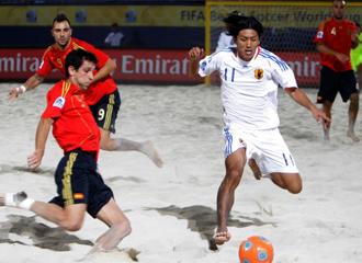 El jugador espa�ol Juanma lucha por robar el bal�n al japon�s Wakabayashi