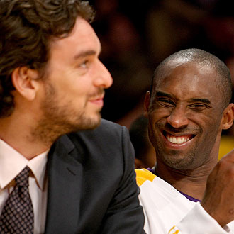 Pau Gasol bromea con Kobe Bryant