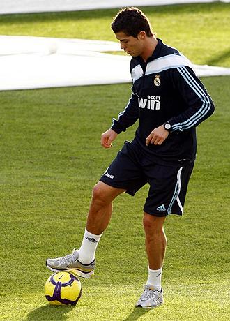 Cristiano Ronaldo toca balón en el entrenamiento