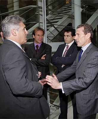 """Emilio Butragueño conversa con Santillana y Alfonso durante los premios """"Siete estrellas del deporte 2008"""" de la Comunidad de Madrid"""