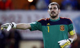 Iker Casillas da instrucciones a su defensa durante el España-Argentina del pasado sábado en m